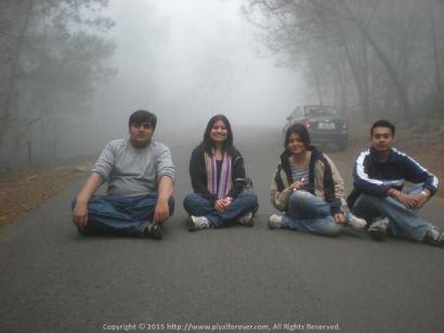 Sitting on the misty roadways @ Kodaikanal with Aditya, Pallavi and Poulomi